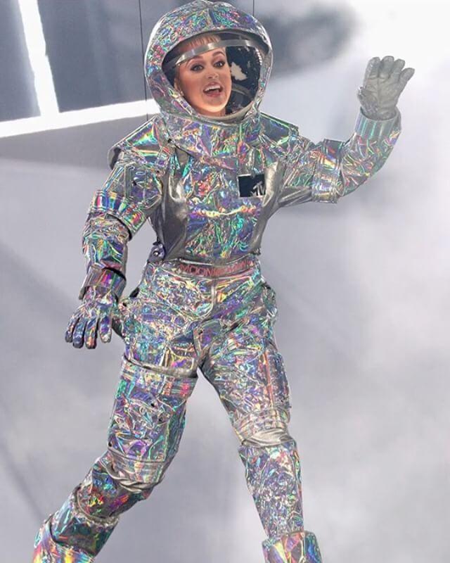 음악인들의 축제 #VMA (VideoMusicAwards)가 캘리포니아에 위치한 더 포럼 공연장에서 진행 중입니다 여성 최다 후보자로 지명된 #케이티페리 가 호스트를 맡았습니다. 우주복을 입고 내려온 그녀 핑크 니키 미나즈 칼리드 에드 시런 등이 참석한 가운데