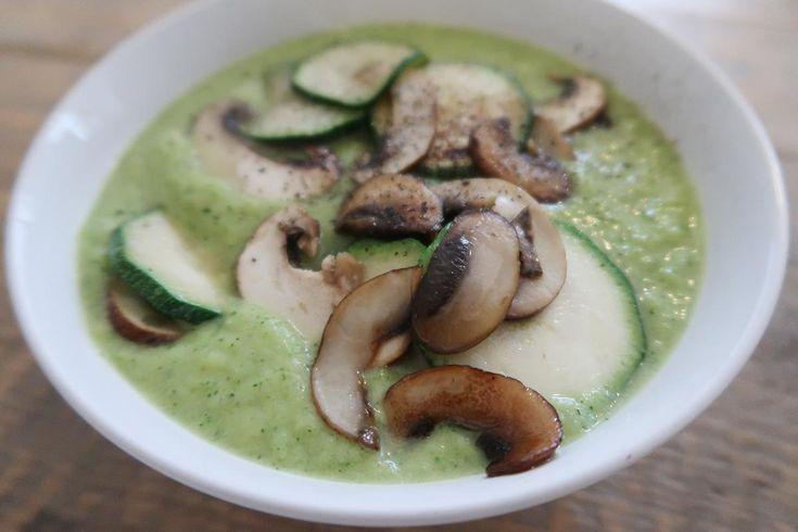 Deze courgette soep bestaat eigenlijk maar uit drie verschillende ingrediënten, courgette, prei en knoflook. Beetje water, peper en zout et voilà.
