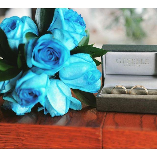 Blue is the new black! Niezwykła kwiatowa kompozycja w duecie z kompletem złotych obrączek ślubnych!