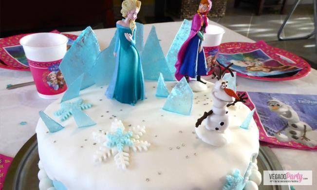 Una torta di compleanno decorata con i personaggi di Frozen per far sognare i bambini!