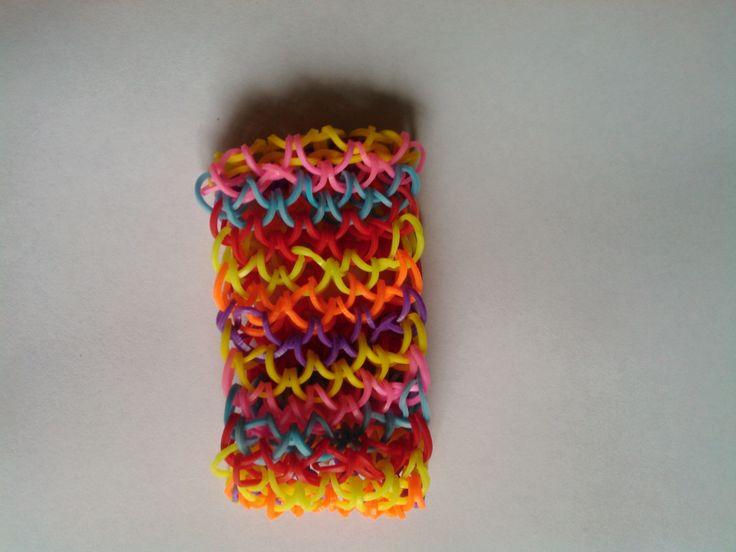 bjr voici le tuto du bracelet machette en elastique rainbow loom   https://www.youtube.com/watch?v=CSI2LDMk-I0
