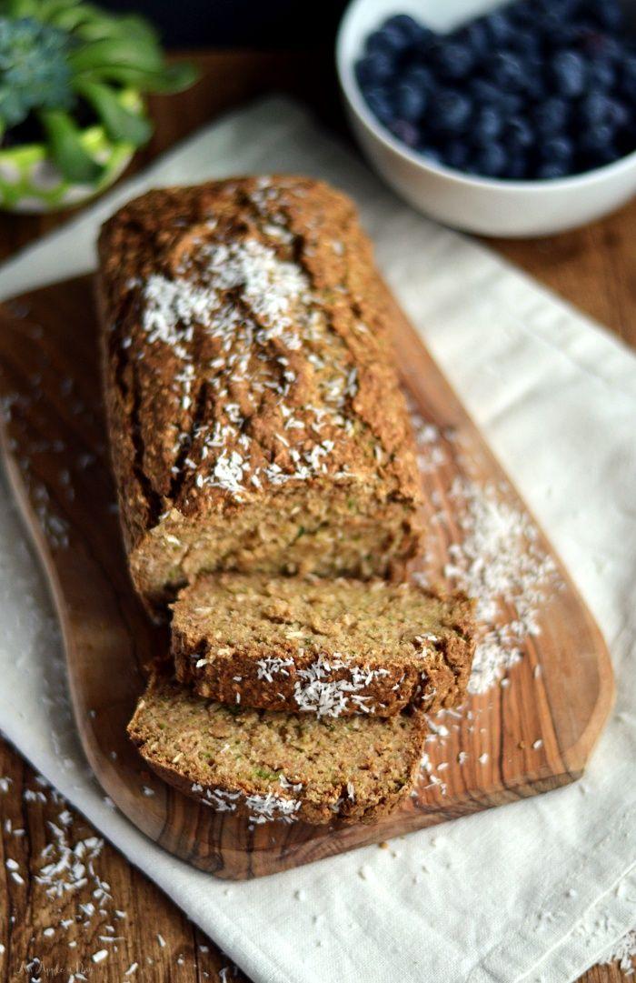 Chlebek cukiniowy - zaraz za chlebkiem bananowym jeden z moich ulubionych wypieków i pomysłów na śniadanie. Co więcej?! Be cukru, glutenu i oleju! Wegański.