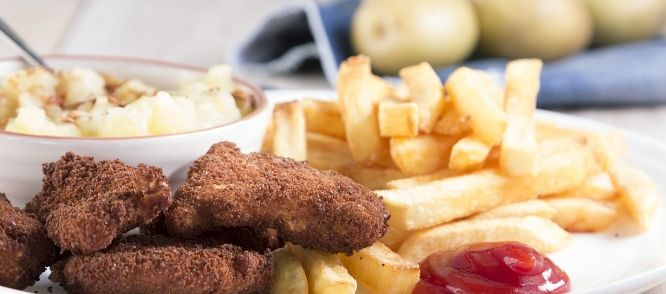 Huisgemaakte Kipnuggets Met Frietjes En Appelmoes recept | Smulweb.nl