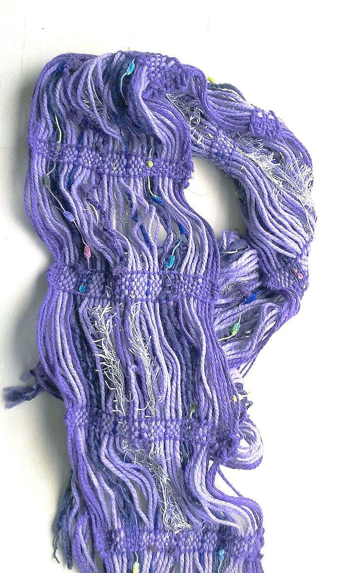 Su tamaño es de 238*17 cm, confeccionado con lana naturales y de fantasía para realzar color y textura, en telar mapuche.