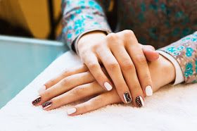 Suche skórki wokół paznokci? Zadziory, które aż korcą aby je wyrwać? Szpecą i ujmują pewności siebie. Sprawdź jak dbać o dłonie, aby były zadbane i eleganckie ponieważ u nas kobiet zdradzają wiek!