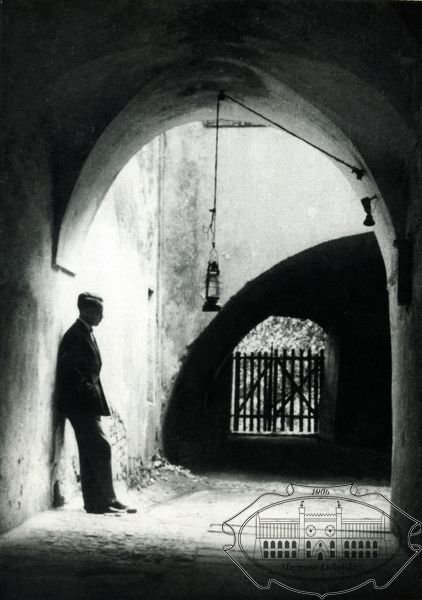 Poeta w bramie kamienicy Starego Miasta w Lublinie