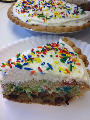 Cookie Cake Pie: cookie dough + cake mix in a pie crust with FROSTING? Sign me up!: Cakes Mixed, Cookies Dough, Cakes Pies, Cookie Cakes, Chocolates Chips, Pies Crusts, Cookie Dough, Cookies Cakes, Birthday Cakes