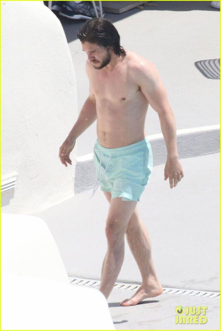 Kit Harington showed off his shirtless six-pack abs while on vacation in Santorini, Greece over the weekend!