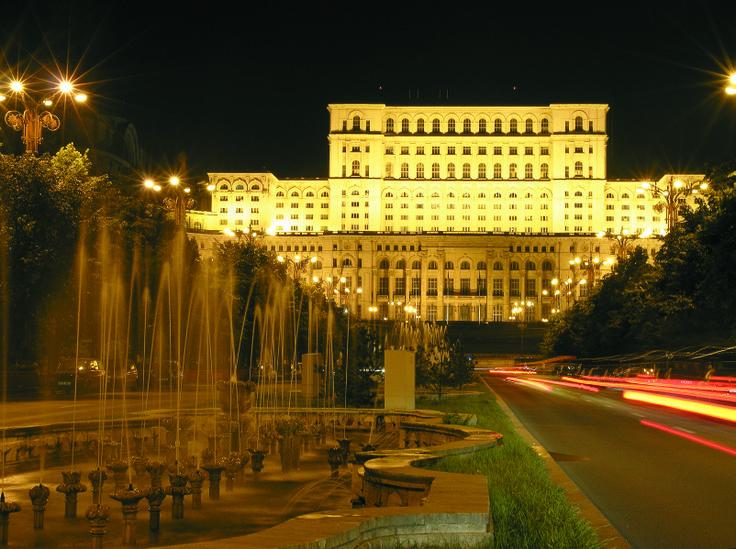 Palatul Parlamentului (Der Parlamentspalast) in Bukarest. Zur Errichtung des Gebäudes wurden ausschließlich rumänische Materialien verwendet. Heute verfügt das Parlamentshaus über mehr als 1.000 Räume, die die Arbeit der besten Architekten und Künstler des Landes zur Schau stellen. Das Architektenteam wurde von Frau Anca PETRESCU geleitet. Mit seinen 330.000 m² ist der Parlamentspalast das zweitgrößte Gebäude der Welt - nach dem Pentagon.  Adresse: Calea 13 Septembrie 1
