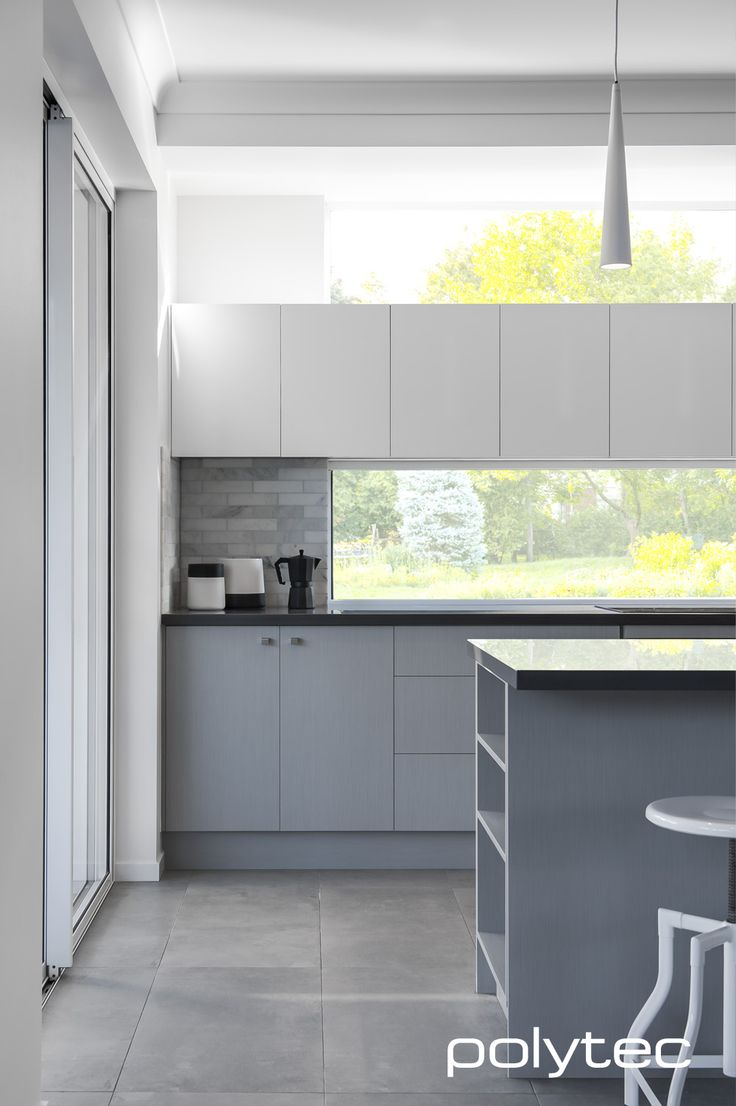 Doors in MELAMINE Riga Zinc Finegrain. Overhead cupboards in MELAMINE Classic White Sheen