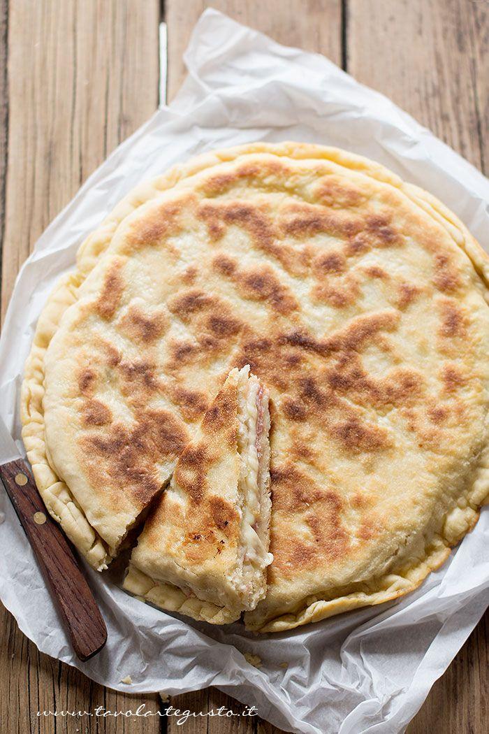 La Focaccia in padella è una focaccia ripiena buonissima, molto veloce e molto semplice : si prepara conpochi ingredienti, senza lievitazione e senza forno, semplicemente cotta in padella! .Per un ...