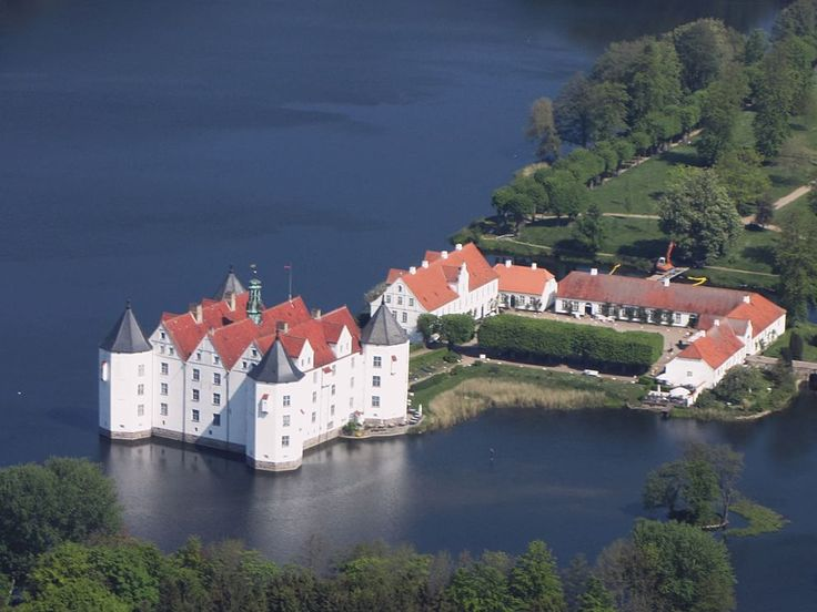 Castelli fiabeschi: le più belle fortezze circondate dalle acque - Castello di Glücksburg, Germania