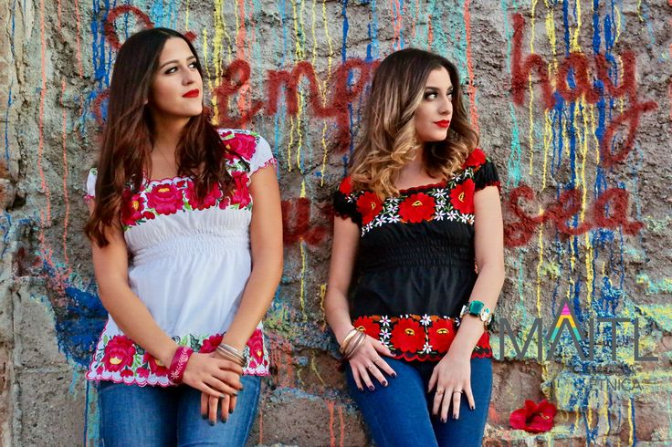 Siempre hay flores para el que quiere verlas. #handembroidery #yucatan #boho blouses available at instagram @maitl_moda_etnica Facebook Maitl Moda Etnica