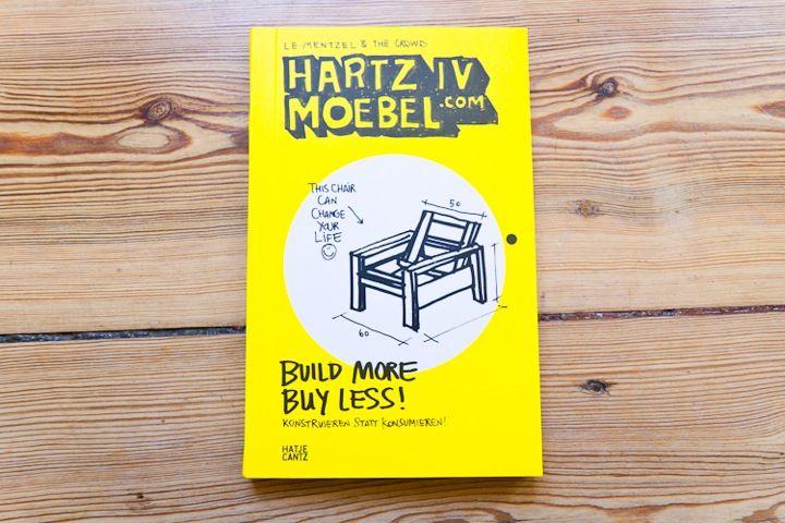 Der Erfinder der Hartz IV Möbel hat auch unseren Messestand entworfen. Deswegen finden wir: Schöne Idee!
