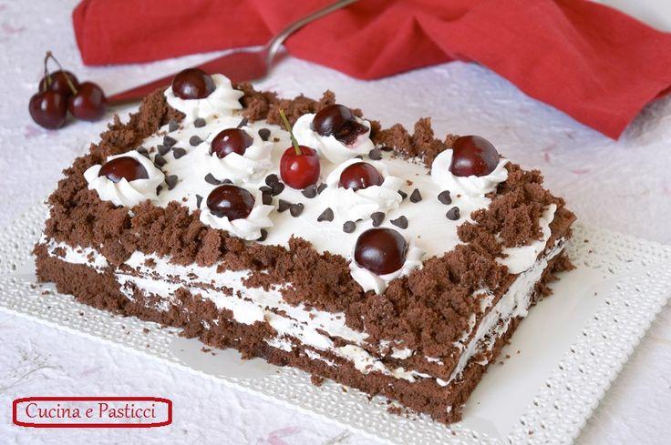 La Torta furba al cacao con panna è un dolce velocissimo e facile che comporrete con molta facilità, bella e buona per ogni genere di festa.
