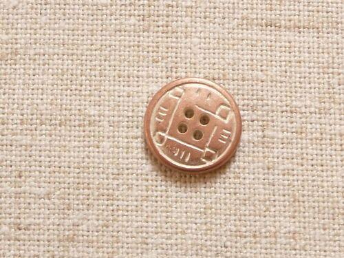 Dies ist ein Metallknopf.   Der Metallknopf ist ein 4-Loch Knopf.  Auf dem messigfarbenem Metallknopf ist ein eingestanztes Muster.   Das Muster erinnert an die griechische Antike.   Das Muster ist nicht nur eingestanzt sondern auch mit heller Farbe betont.  Der Knopf hat einen Durchmesser von 20mm und es sind noch 22 Stück vorhanden.  Der Preis gilt für 1 Knopf.  Sehr schön zu Leinenstoffen, aber auch auf leichter und fester Baumwolle sieht der Knopf super aus.