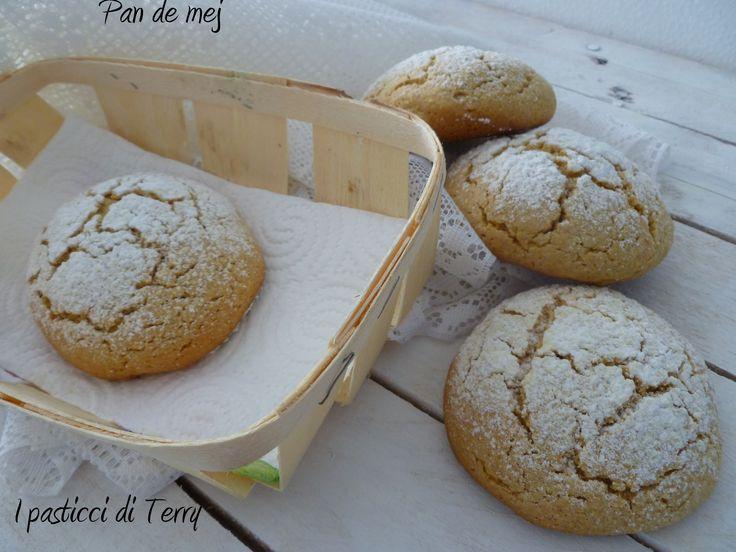 Ottimi!!! Fatti con farina di mais bianca e messi in freezer 5 min anziché frigo 15 min (ma era ancora molto morbido l'impasto!). Zucchero a velo meglio metterlo dopo! Vengono circa 35 biscotti