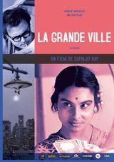 """"""" La Grande Ville"""" de Satyajit Ray (1963 avec Anyl Chatterjee, Madhabi Mukherjee,Jaya Bhaduri. SAtyajit Ray, cinéaste bengali injustement méconnu nous immerge dans une famille où règnent encore les tabous d'une société patriarcale et nous parle de l'émancipation féminine. Magistralement interprété et touchant. Un grand film en noir et blanc."""