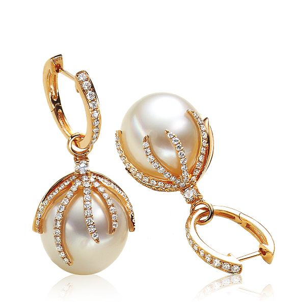 A fierce grip on the pearls. Who wouldn't want that? Do you want to feel it? Alloy: 750/- Roségold, CreoleGem: BrillantType: Freshwater / Brillant W/SI 0.68 c