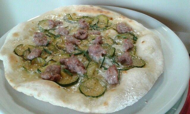 Pizza bianca con zucchine trifolate, mozzarella, salsiccia