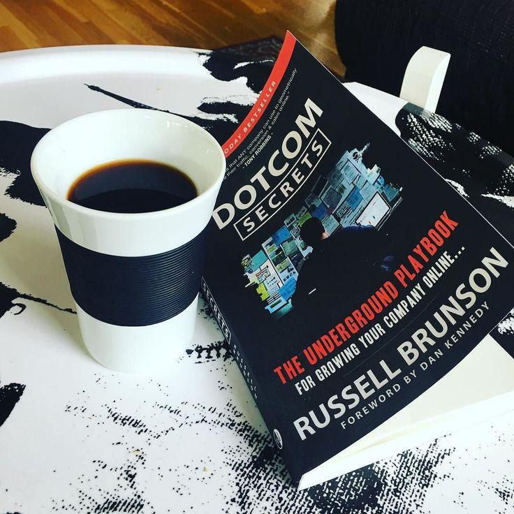 En kopp kaffe och inspirerande läsning! #stockholmseo #dotcomsecrets #digitalmarknadsföring #digitalmarketing #russellbrunson