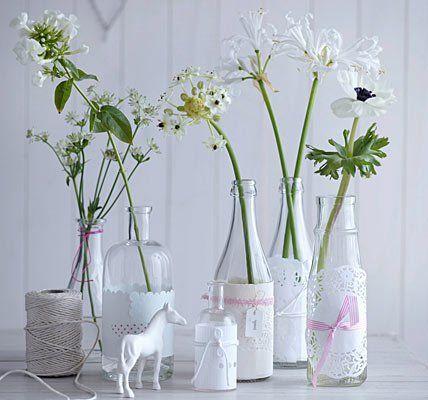 Botellas flores blancas