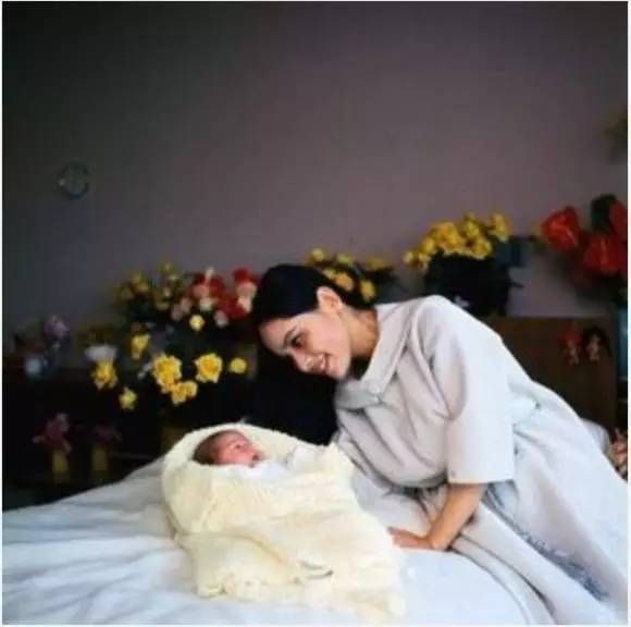 """Usia 15 Tahun, Dia Adalah Pelacur Jepang, 22 Tahun Jadi """"Istri Presiden Indonesia"""", 53 Tahun Membuat """"Fotografi Telanjang"""", Namun di Masa Tuanya…"""