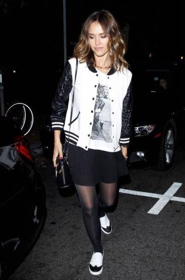 black and white, jaqueta bomber, saia com tênis, meia-calça, t-shit estampada