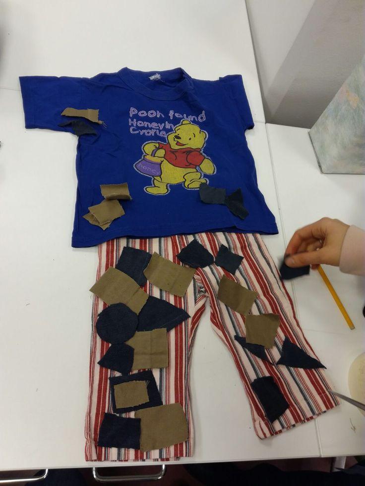 Kaivelimme tekstiilityöluokan laatikoita ja löysimme lapsen vaatteita, jotka sopivat uuteen visioomme. Emme hylänneet täysin alkuperäisen suunnitelman ideoita, vaan päätimme kiinnittää vaatteisiin housuista leikattuja palasia, kuten alkuperäisessä yritimme kiinnittää verkkoon. Uusi idea tuntui toteutuskelpoisemmalta.