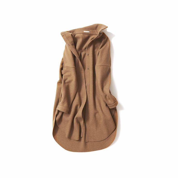 一枚仕立てで気軽に羽織れるアウターです。素材はウール混ジャージー。これを圧縮加工により凹凸感のあるニュアンスのある表情にしました。 また、それにより、織り目が詰まるため風通しを防ぎ、軽い着心地でも暖かさをキープできるのが特徴です。  デザインは、メンズのシャツをそのまま長くしたようなゆったりとしたシルエットや、ドロップショルダーのリラックス感が魅力。 そしてバックスタイルの中心にタックを取り、少しAライン気味のボリューム感と、裾のオフカットにすることで動きがでるように仕上げているのも拘りポイントです。  秋口にはトレンチコートのかわりに、真冬には、厚手のニットやパーカーなどレイヤーコーディネートを楽しんでいただけます。 今シーズンは、ブラックとキャメルの2色展開でご用意しております。   ■サイズ(単位:cm) 着丈102 / 身幅72 / 肩巾78 / 袖丈39  ■カラー  Camel  ■素材  WOOL 65%、NYLON 35%  ■原産国   JAPAN ■発送予定  2016年12月中旬から随時発送 ※12月1日頃から「代引決済」が追加されます。…