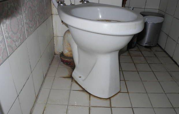 Misfarvede fuger på toilettet.