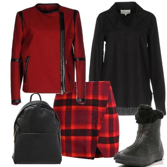 Indossare il rosso con sobrietà. Gonna a scacchi rossa con chiusura a portafoglio e camicia nera da lasciare fuori. La giacca corta gioca con la lunghezza della camicia. Scarponcino basso e zainetto dettagli per una completa comodità.
