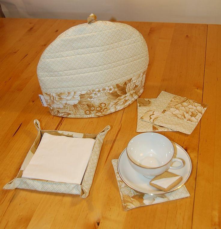 Juego de té: cubretetera,bandeja para servilletas y 4 posa-tazas acolchados. Mod. rayas.  Precio: 30 €