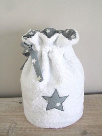 Trousse de Toilette/ Pochon en éponge blanche toute douce.  Intérieur et cordons en Coton Gris Ardoise et Etoiles Blanches.  Motif Etoile appliqué sur le devant dans le mêm - 13286855