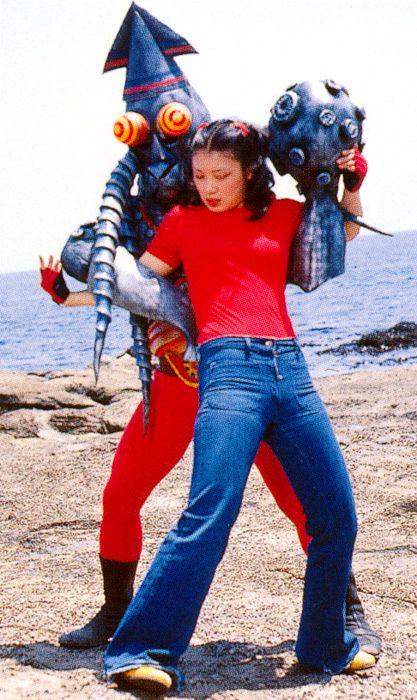 el calamar con botas ataca a la chica setentera