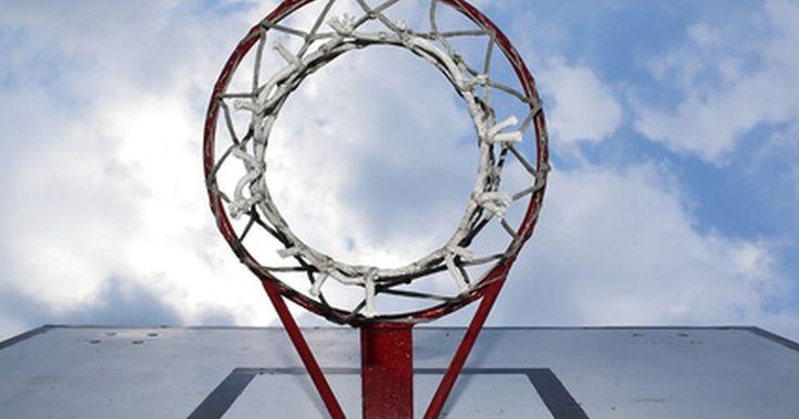 Como montar uma tabela de basquete na garagem. Inúmeras crianças que cresceram assistindo Michael Jordan, Magic Johnson e Kobe Bryant sonharam em ser superestrelas do basquetebol um dia. No entanto, nem todos têm acesso a um ginásio, então praticar lances de basquete às vezes requer fazer uma quadra improvisada em casa. Enquanto cestas, tabelas e postes podem ser comprados e cimentados ao ...