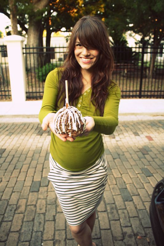 sweet pregnant outfit.... why are most clothes for pregnant women so awful?