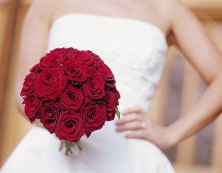 bouquet di rose per la sposa in bianco...se le damigelle sono in rosso, consiglio per loro dei bouquets più piccoli, bianchi e rossi.