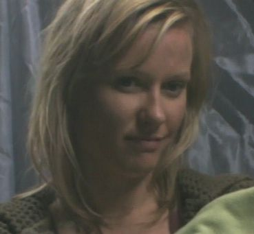 Nora Farmer (Emily Holmes) - Humaine - Lieutenante, pilote de viper. A la retraite au moment de l'attaque.
