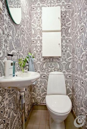 Un bagno piccolo contiene solamente pochi arredi, il gabinetto, il lavabo e un armadietto. Per rendere più simpatico il bagno è stata scelta...