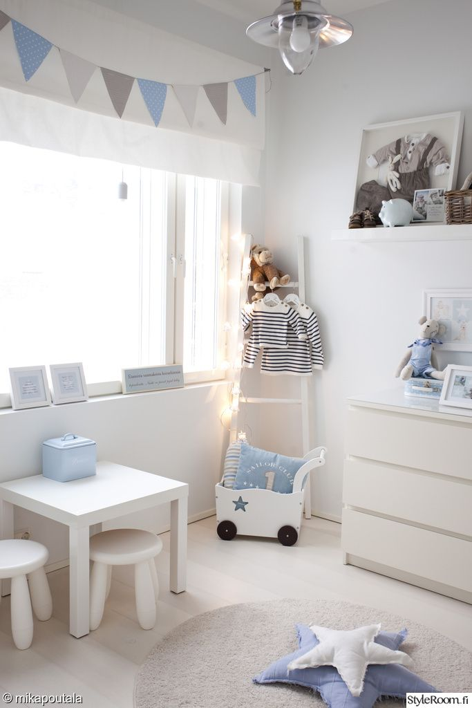 Chambre enfant simple et moderne en blanc et bleu, coussins étoiles | simple and Modern kid's room, star pillows