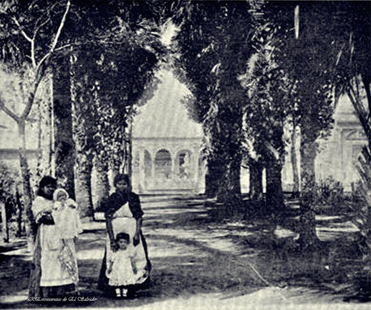 1914 , Nanas al cuido de dos bebes, en el Parque San Martin, Santa Tecla. Frente a la casa de Don Rafael Guirola, la cual con los anos se convirtio en Despensa de Don Juan y en la actualidad es Despensa Familiar.