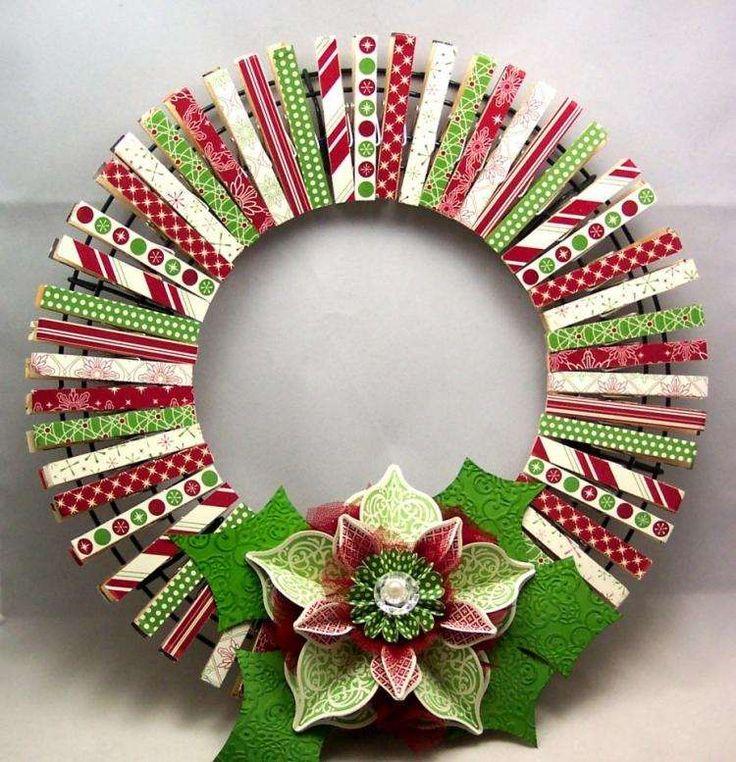 déco Noël à fabriquer - couronne originale réalisée de pinces à linge en rouge, vert et blanc et une fleur de poinsettia décorative