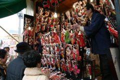 浅草寺の師走と言えばやっぱり羽子板市だねぇ 12月17日から19日までの3日間30軒の羽子板の露店が出て江戸情緒ある歌舞伎の絵柄や話題の社会風刺に人気タレントなどを題材にした変わり羽子板が販売されるよ 羽子板は正月の縁起物だからねぇ tags[東京都]