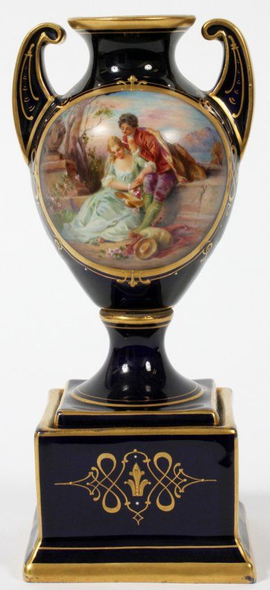 ROYAL VIENNA PORCELAIN URN, EARLY 20TH C. : Lot 81110