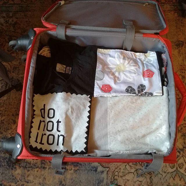 In partenza per Londra! Ormai fare la valigia è un attimo, 2 t-shirt DO NOT IRON per il giorno e due per la sera e il trend è fatto!  Le potete acquistare su www.donotiron.it. T-shirt 100% unique piece. #donotiron #tshirt #uniquepiece #tendenze #fashion #milano #outfitoftheday #shopping #trending #musthave #chic