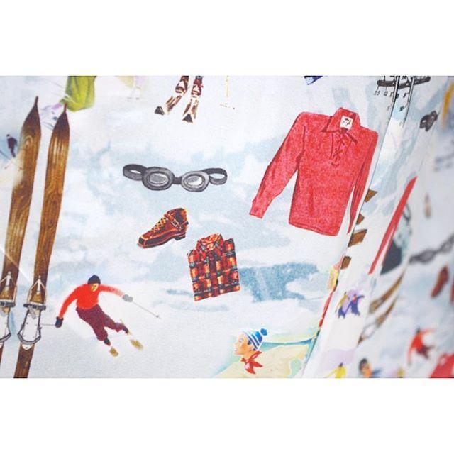 < shawl collar coat >  ネイビーベースに織りで入った花柄のショールカラーコート。 . . . メンズ、レディース共にオーダーコートを承ります。 ----------------------------------------- ※御来店の際は御予約をお願い致します。 ----------------------------------------- #lifestyleorder#ライフスタイルオーダー#オーダーコート#コート#ステンカラーコート#チェスターコート#ガウンコート#ピーコート#トレンチコート#ノーカラーコート#カシミヤコート#ツイードコート#メンズコート#レディースコート