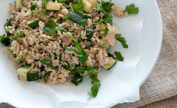 Una ricetta salutare, con tutti i benefici del pesce e delle verdure: riso integrale con salmone fresco, zucchine e rucola.