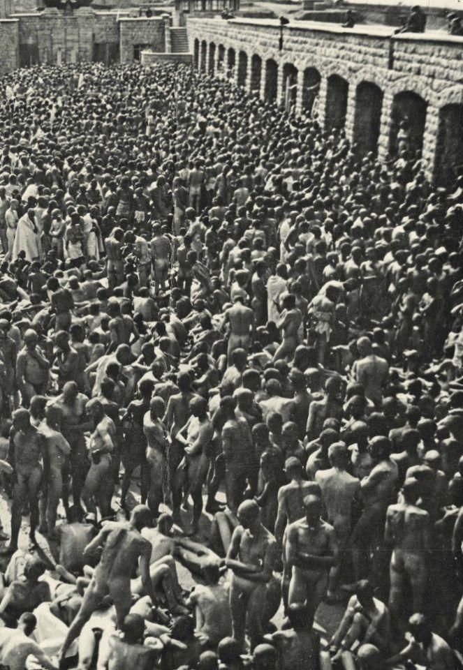 <p>Cientos de presos desnudos esperan una desinfección en Mauthausen en 1941 (Francisco Boix). </p>
