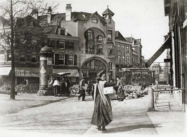 Gezicht op de voorgevels van de huizen Voorstraat 4-8 te Utrecht; met in het midden het huis nr. 6 (Centraal Apotheek De Liefde) tijdens graafwerkzaamheden.1908